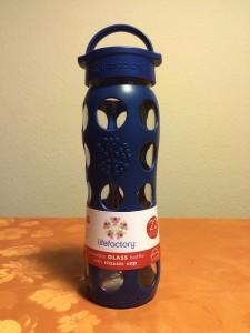 Ansicht der blaue Lifefactory Glastrinkflasche